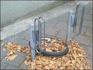 angekettetes Fahrrad-Vorderrad