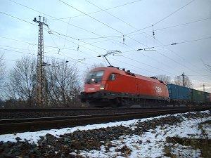 Containerzug mit Taurus-Lok der ÖBB