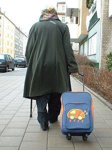Alte Dame mit Einkaufs-Trolley