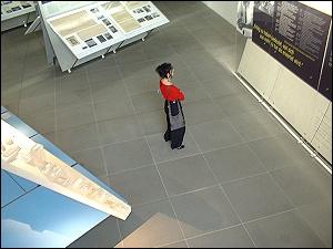 Besucherin im NMN