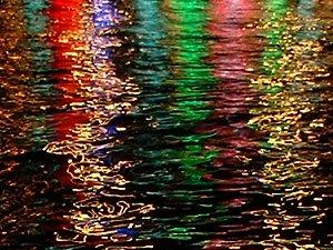 Nächtliche Wasserspiegelungen in Istanbul