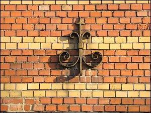 Maueranker an einem ehemaligen Südstadt-Kasernengebäude