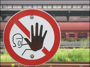 Warnschild am Bahngelände