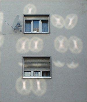 Lichtreflexe an einem Haus in der Fürther Karlstraße