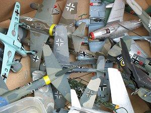Karton voller Flugzeugmodelle