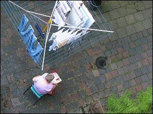 Frau mit Wäschespinne