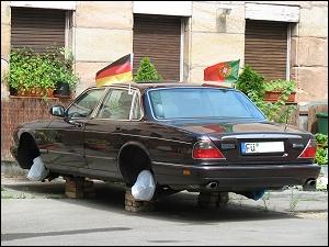 aufgebockte Jaguar-Limousine