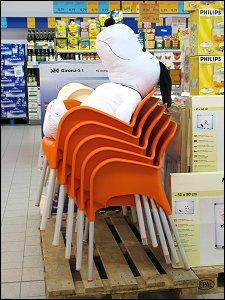 Plüsch-Snoopy auf Kunststoffstühlen