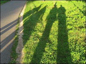 Schatten beim abendlichen Spaziergang