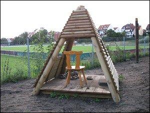 Holzhütte auf Spielplatz