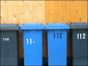 Mülltonnen im ehemaligen Kasernengebiet