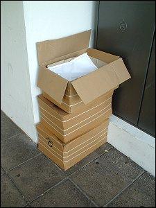 Kartons mit nicht zugestellter Briefpost