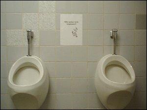 Urinale mit Hinweisschild