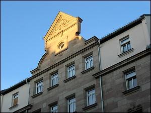von der Abendsonne beschienener Hausgiebel (Neumannstraße)