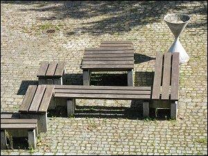 Bänke im Pausenhof des TZ Regensburg