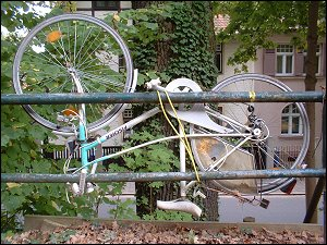 kopfstehendes Fahrrad am Erlanger Burgberg