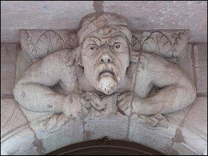 grimmiger Torwächter in der Amalienstraße
