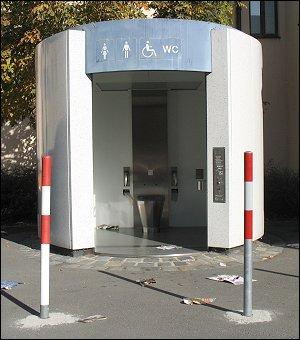 HighTech-Toilette hinter dem Fürther Rathaus