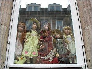 Puppen in einem Fenster der Marienstraße