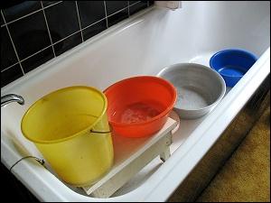 Badewanne mit Behältern