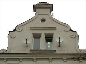 Zwerchhaus mit Satelliten-Schüsseln (Fürth-Unterfürberg)