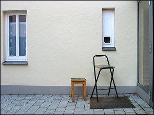 Katzenklappe mit Aufstiegshilfen in einem Innenhof in der Gustavstraße