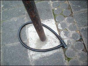 massives Seilschloß an einem Verkehrszeichenmast