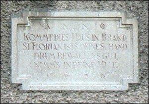 Inschrift unter der Figur