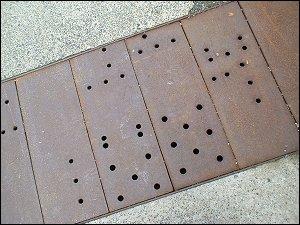 gelochte Stahlplatten vor dem Trainingszentrum Fulda