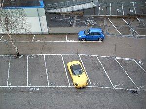 Blick auf den Parkplatz hinter dem Büro-Hochhaus