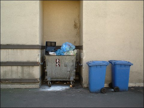 Mülltonnen in Hofdurchfahrt (Nürnberg, Allersberger Straße)