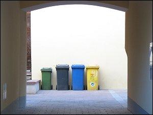 Mülltonnen in einem Hinterhof am Fürther Stadtpark