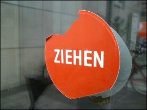 Aufkleber auf der Eingangstür zu des zonebattler's Arbeitsstätte