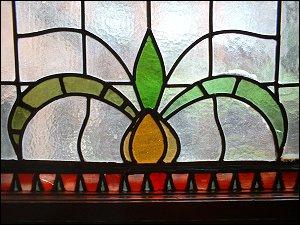 Bleiglasfenster in einem Treppenhaus der Amalienstraße