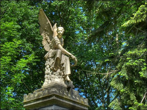 steinerner Engel im Fürther Stadtpark
