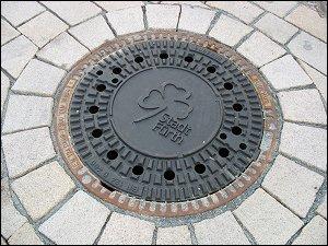 Kanalisations-Schachtdeckel in der Fußgängerzone