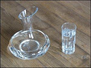 Wasser im Wein-Dekanter