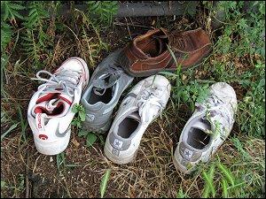 Schuhe am Rand der Karolinenstraße