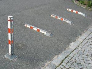 umgelegte Parkplatz-Sperren (Nürnberg, Wittekindstraße)