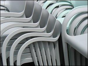 gestapelte Stühle auf dem Nürnberger Klarissenplatz