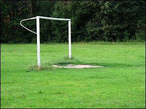 beschädigtes Fußballtor