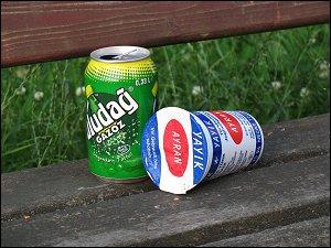 leere Getränke-Verpackungen im Fürther Wiesengrund