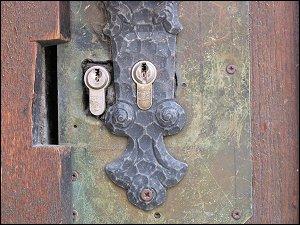 Haustür mit zwei Schlössern