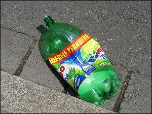 weggeworfene PET-Flasche in der Luisenstraße