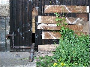 Tor des alten Lokschuppens mit Guckloch