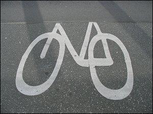 ausgebesserter Radweg mit abgeschnittenem Symbol