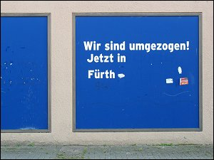 Umzugshinweis an verlassenem Ladengeschäft in der Fürther Straße zu Nürnberg