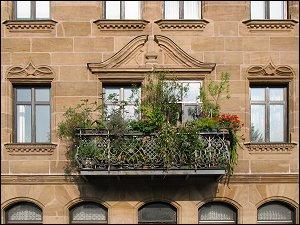 üppig bepflanzter Balkon in der Neumannstraße