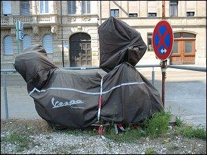 Motoroller unter Schutzplane