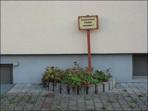 Hausfassade mit Parkverbot (Nürnberg-Höfen)